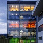 """Das neue Gebäude 4 der badenova in Freiburg erhielt 2021 die höchste """"Platin"""" Auszeichnung der DGNB."""